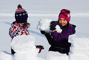 kids-snowbuilding-300px